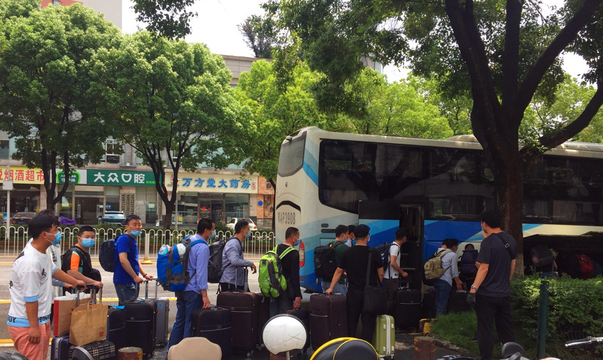 图为出国人员准备登送机大巴车(1).jpg