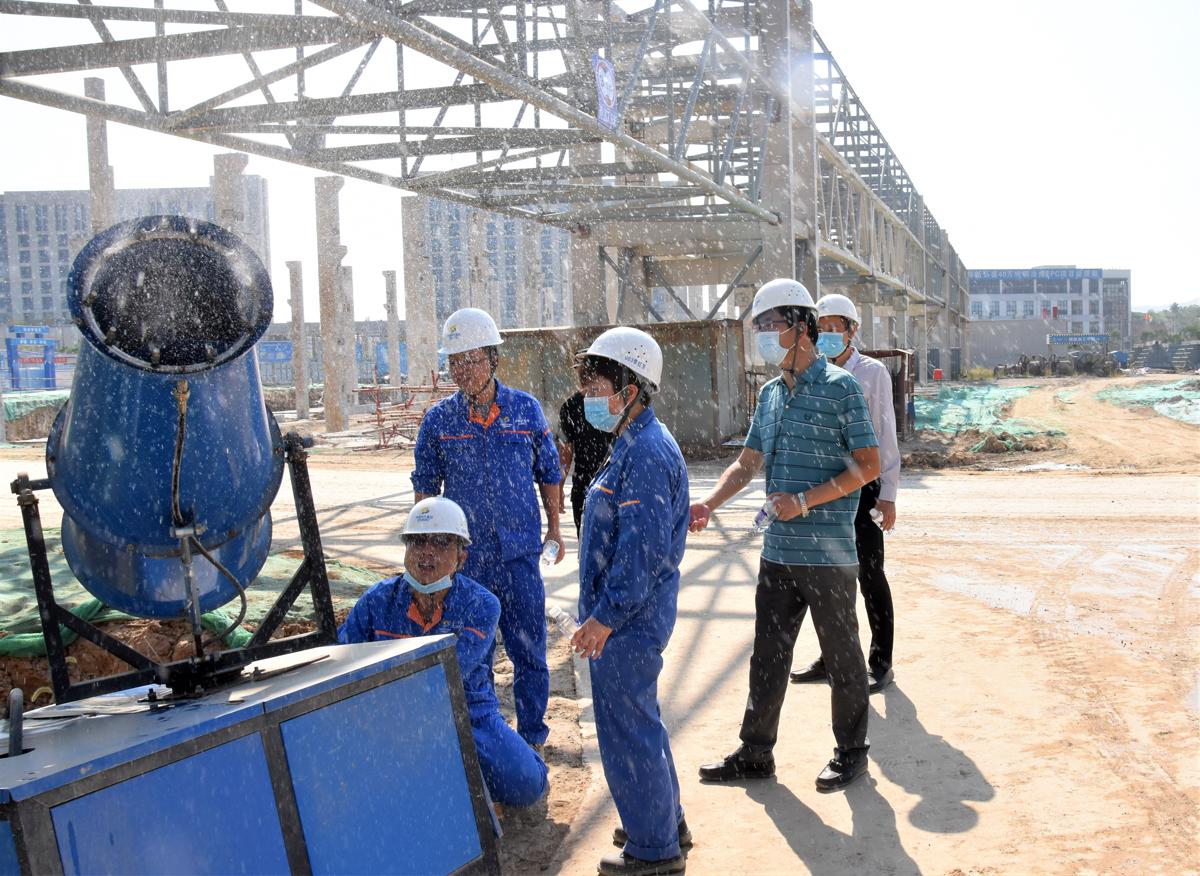 中色十五冶副总经理李伟在现场检查环保设备运行情况.jpg